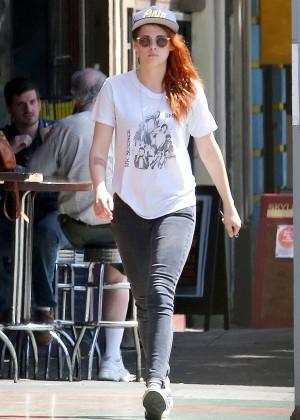 Kristen Stewart strolling in jeans -07