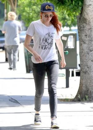 Kristen Stewart strolling in jeans -14