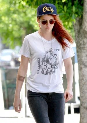 Kristen Stewart strolling in jeans -15