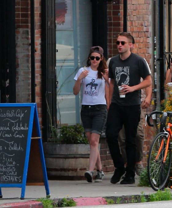 Kristen Stewart and Robert Pattinson in Los Feliz-05