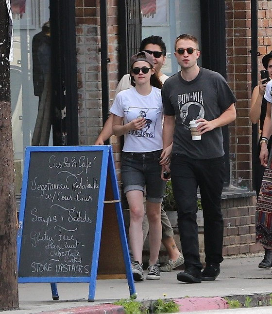 Kristen Stewart and Robert Pattinson in Los Feliz-15