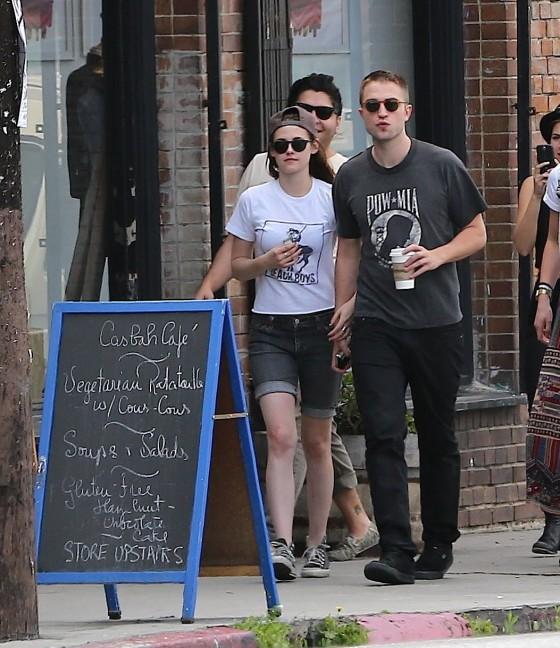 Kristen Stewart 2013 : Kristen Stewart and Robert Pattinson in Los Feliz-15