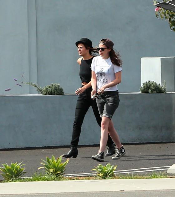 Kristen Stewart and Robert Pattinson in Los Feliz-24