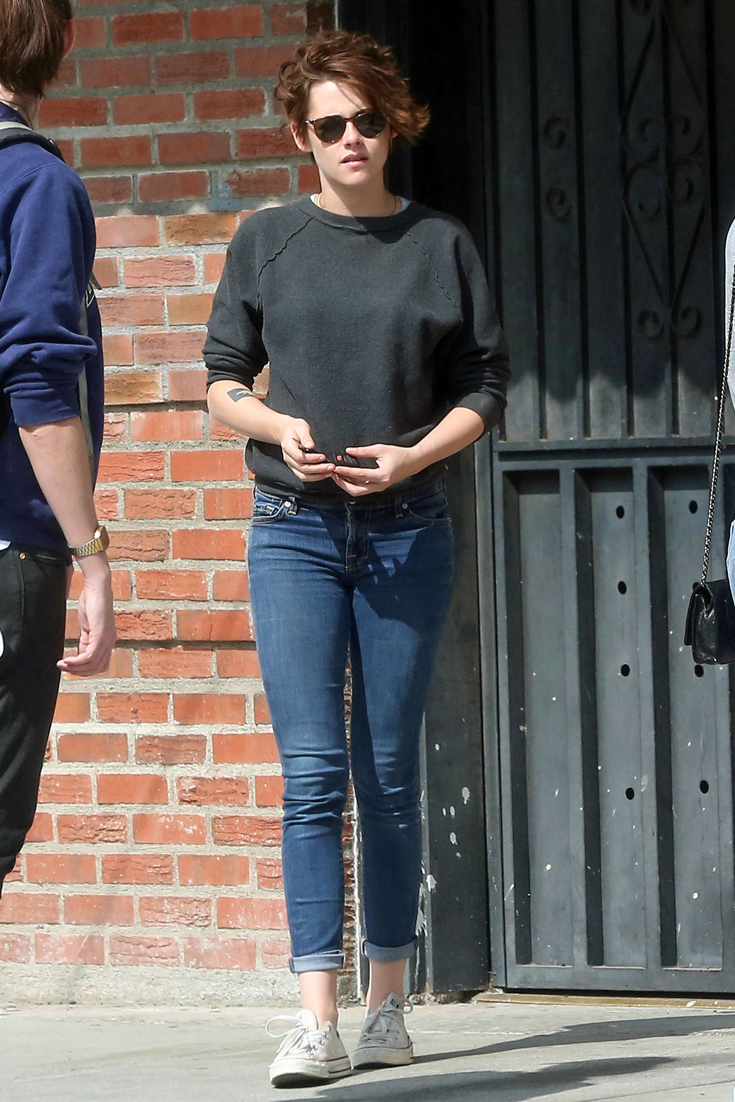 Kristen Stewart In Tight Jeans Out With Friends 01 Gotceleb