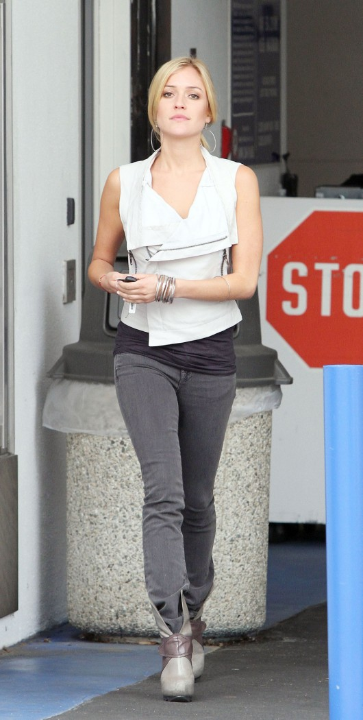 kristin-cavallari-candids-in-tight-jeans-in-beverly-hills-april-2010-01