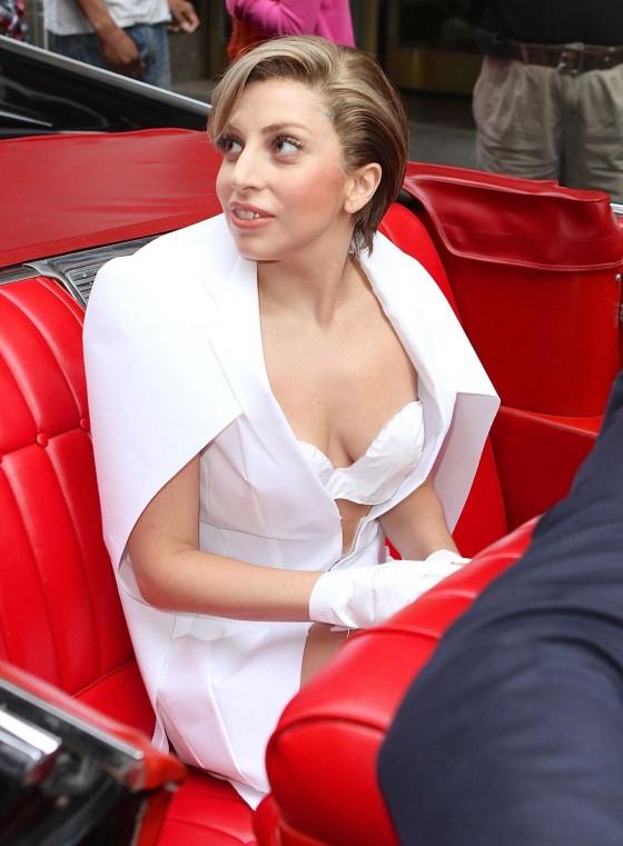 Lady Gaga 2013 : Lady Gaga in 1959 Cadillac -30