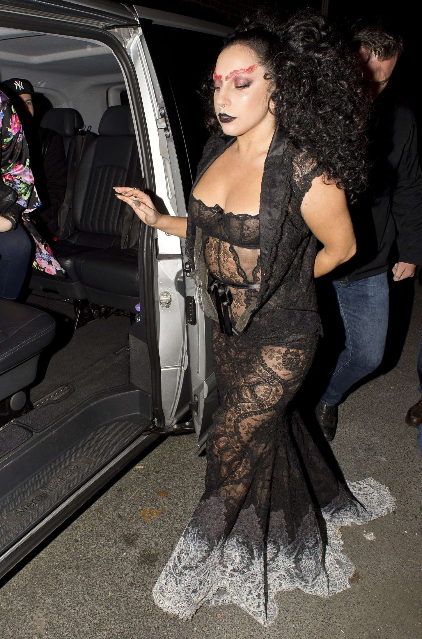 Lady-Gaga-in-Black-Dress--02.jpg