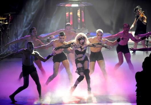 Lady Gaga 2010 : lady-gaga-performance-pics-on-american-idol-hq-2010-07