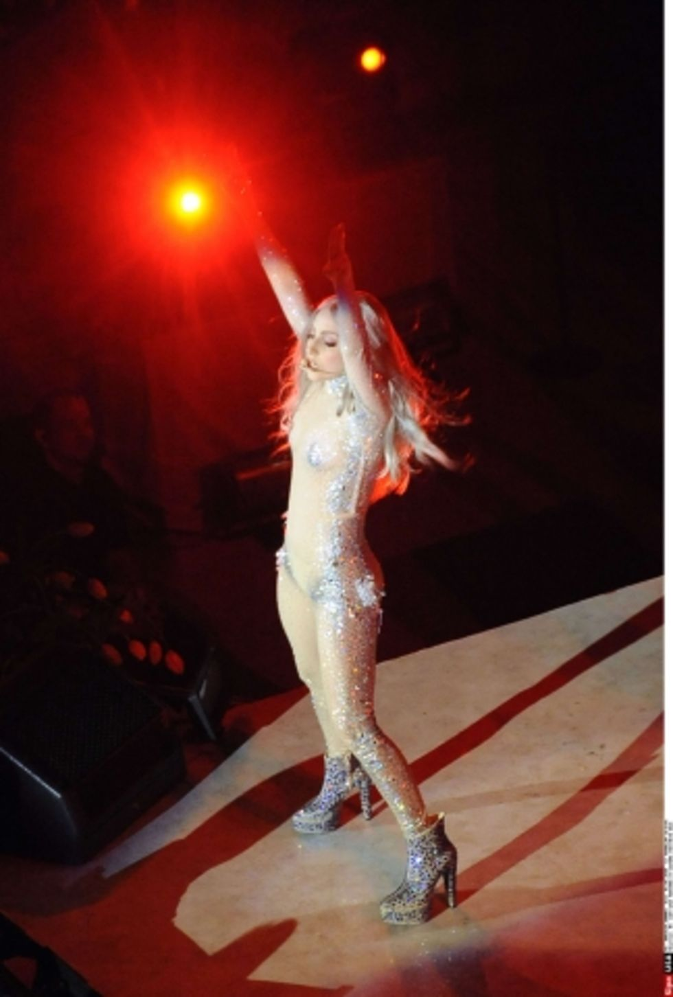 lady-gaga-performing-at-costume-institute-gala-in-nyc-06