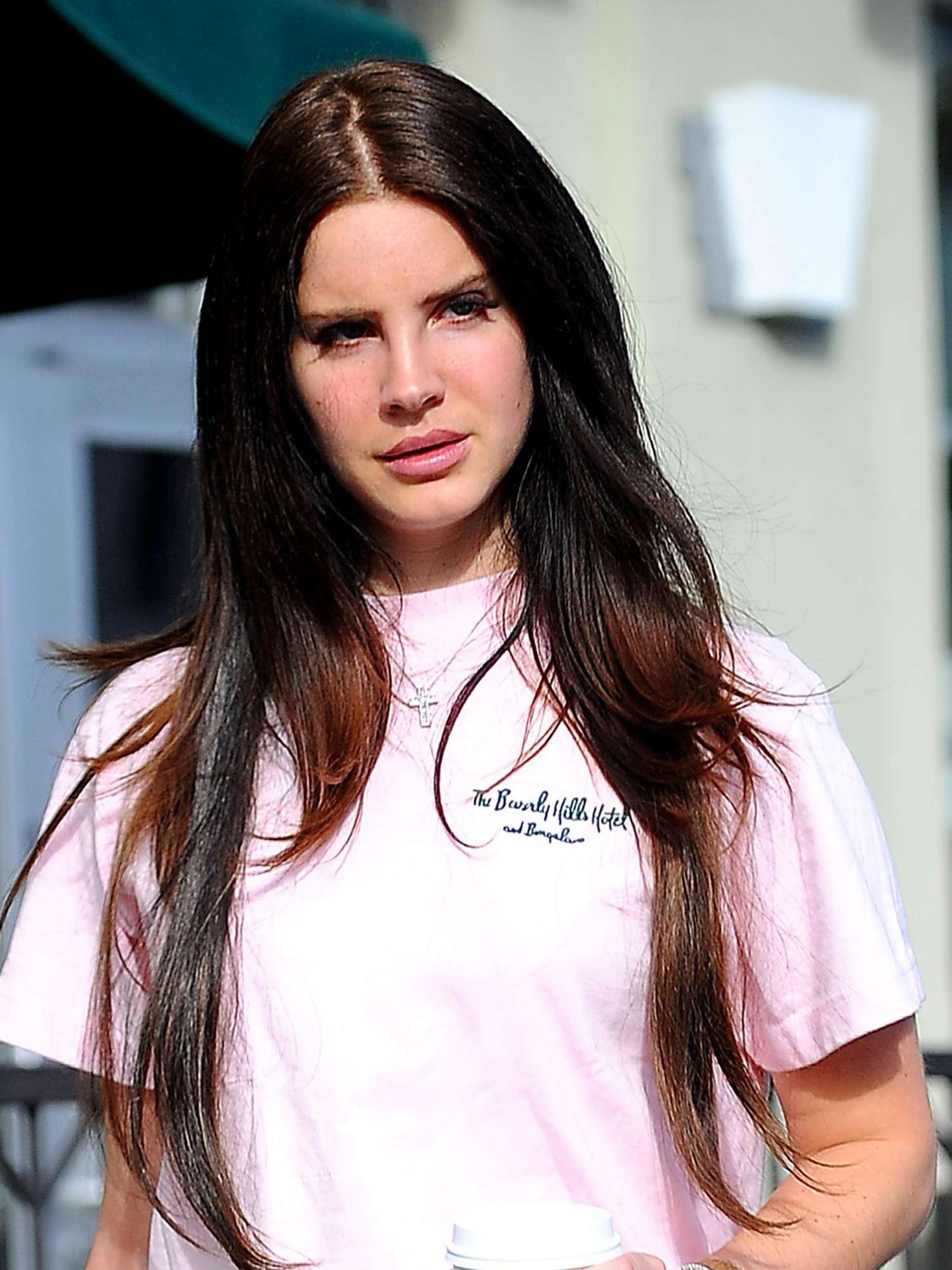 Lana Del Rey In Ripped Jeans 10 Gotceleb