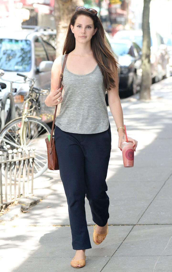 Lana Del Rey – Walking around in downtown Manhattan