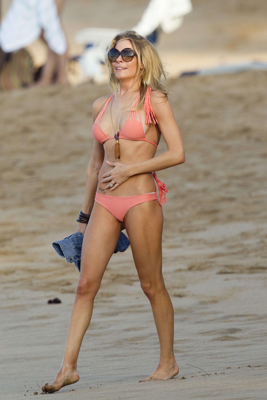 LeAnn Rimes - Bikini Candids in Hawaii-09 - GotCeleb: www.gotceleb.com/leann-rimes-bikini-in-hawaii-2012-01-05.html/leann...