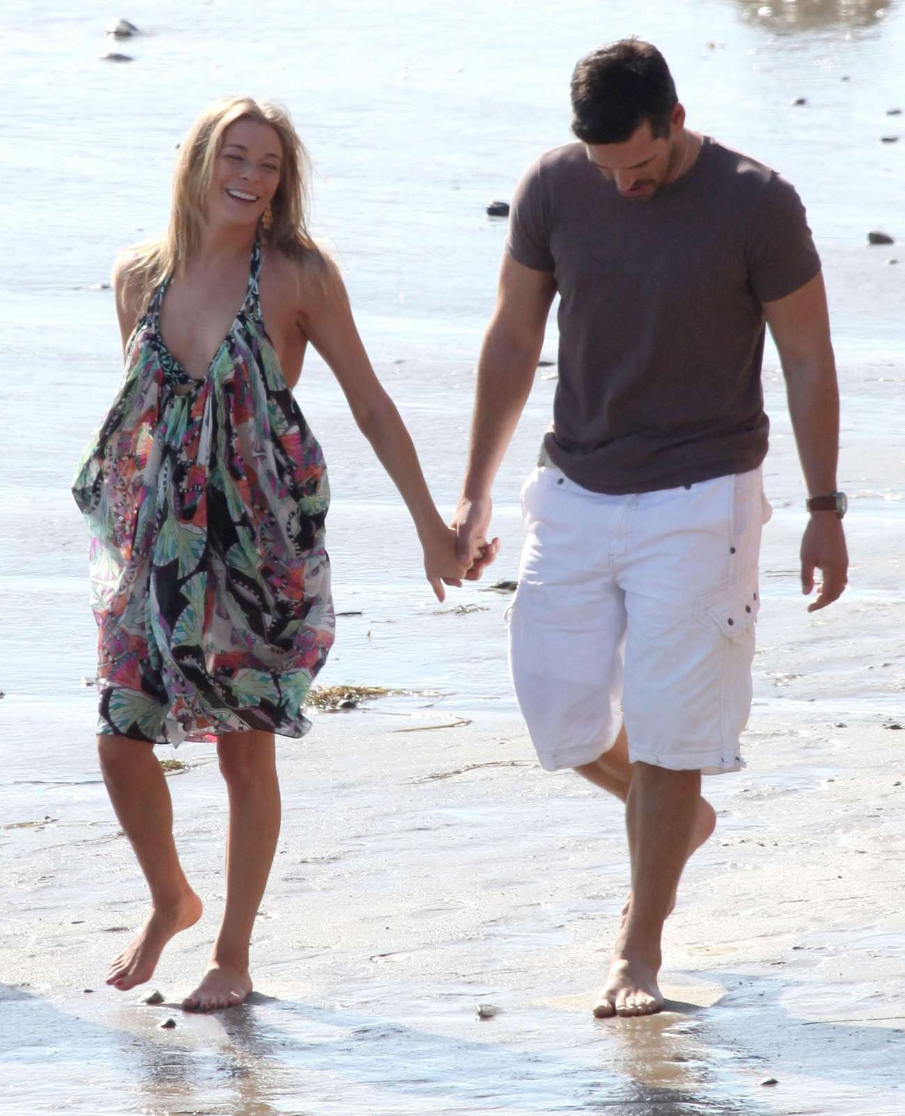 leann-rimes-on-the-beach-in-malibu-07