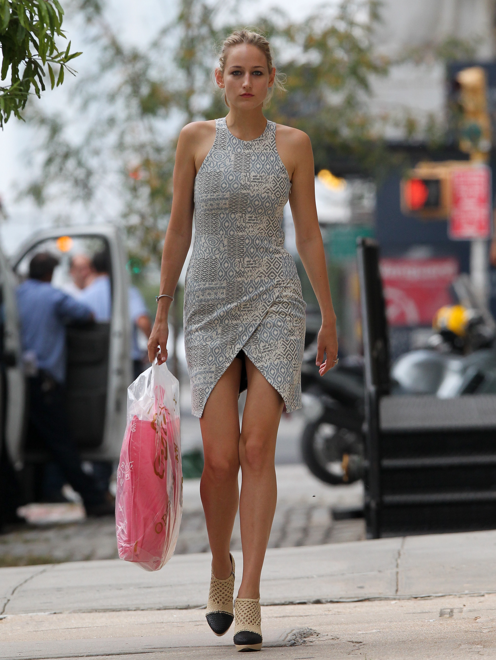 leelee sobieski shopping candids in nyc 03 gotceleb. Black Bedroom Furniture Sets. Home Design Ideas