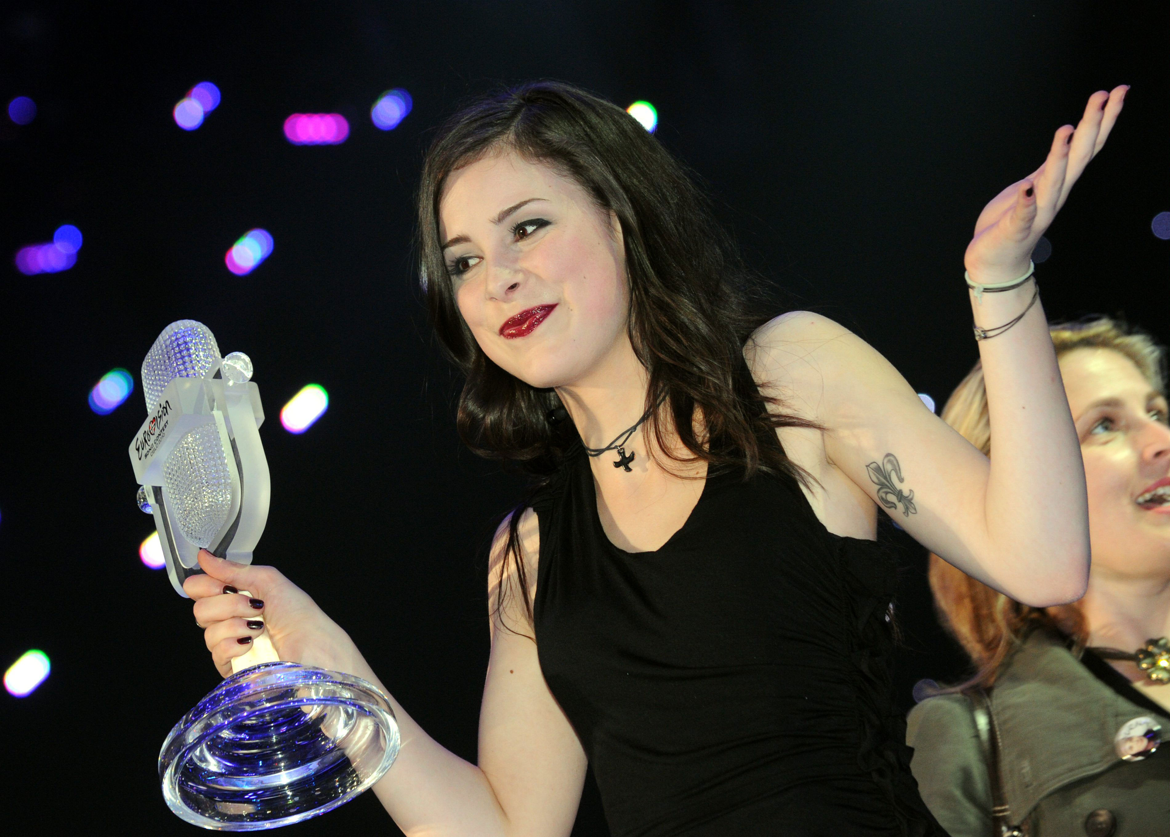 At the Eurovision Song Contest 2010, a singer from Azerbaijan can win 25.05.2010