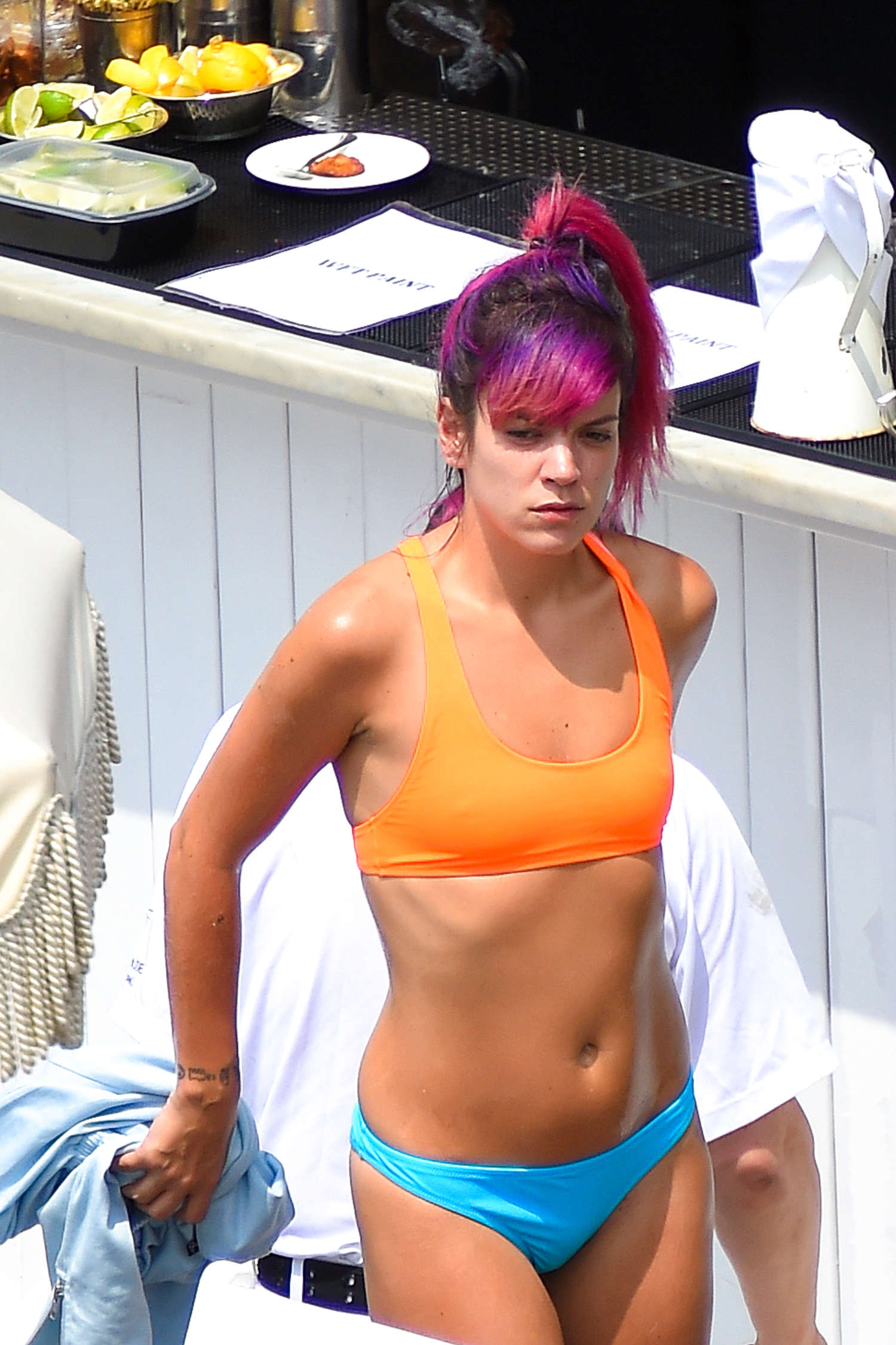 lily allen in bikini 09 gotceleb. Black Bedroom Furniture Sets. Home Design Ideas