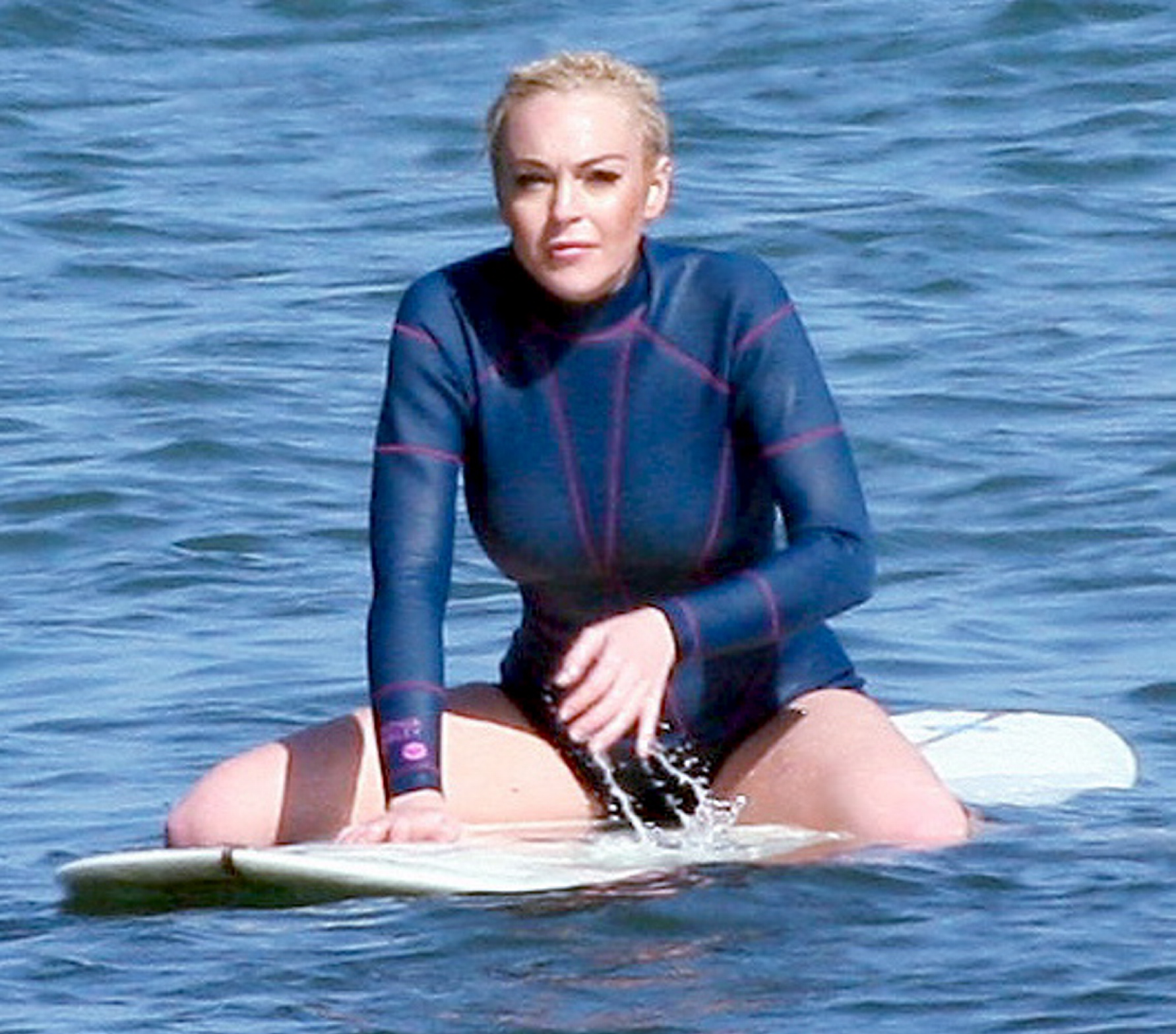 lindsay-wagner-in-wetsuit-sexting-during-sex