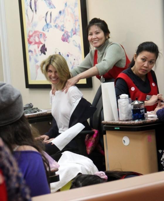 Gala Nail Bar: Lori Loughlin At A Nail Salon In Beverly Hills -03