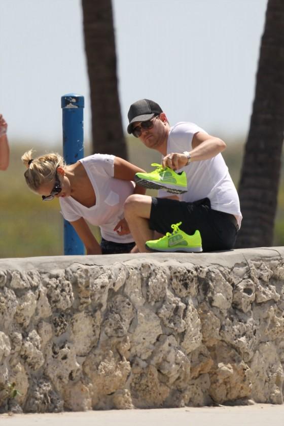 Luisana Lopilato – Walking on Miami Beach