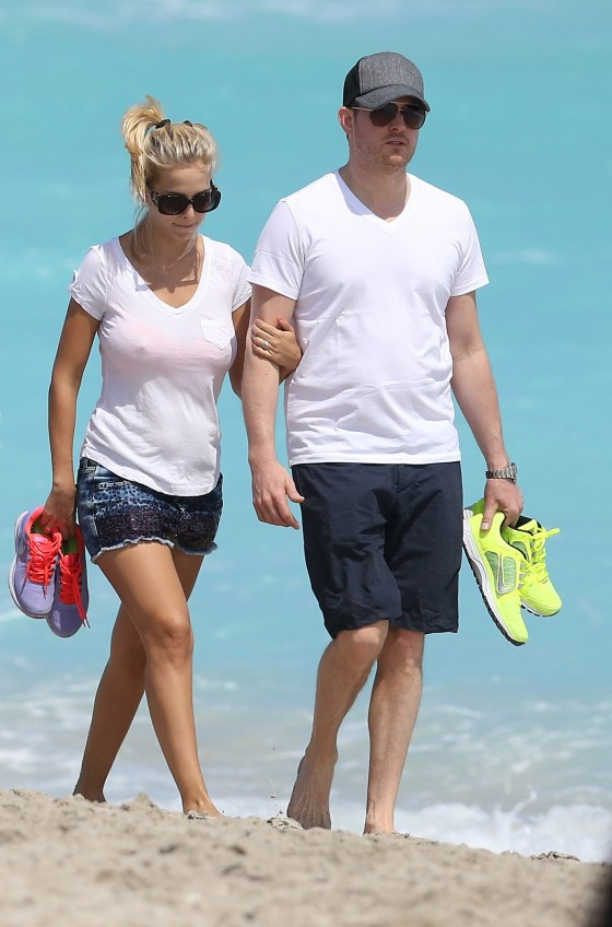 Luisana Lopilato - Walking on Miami Beach -22