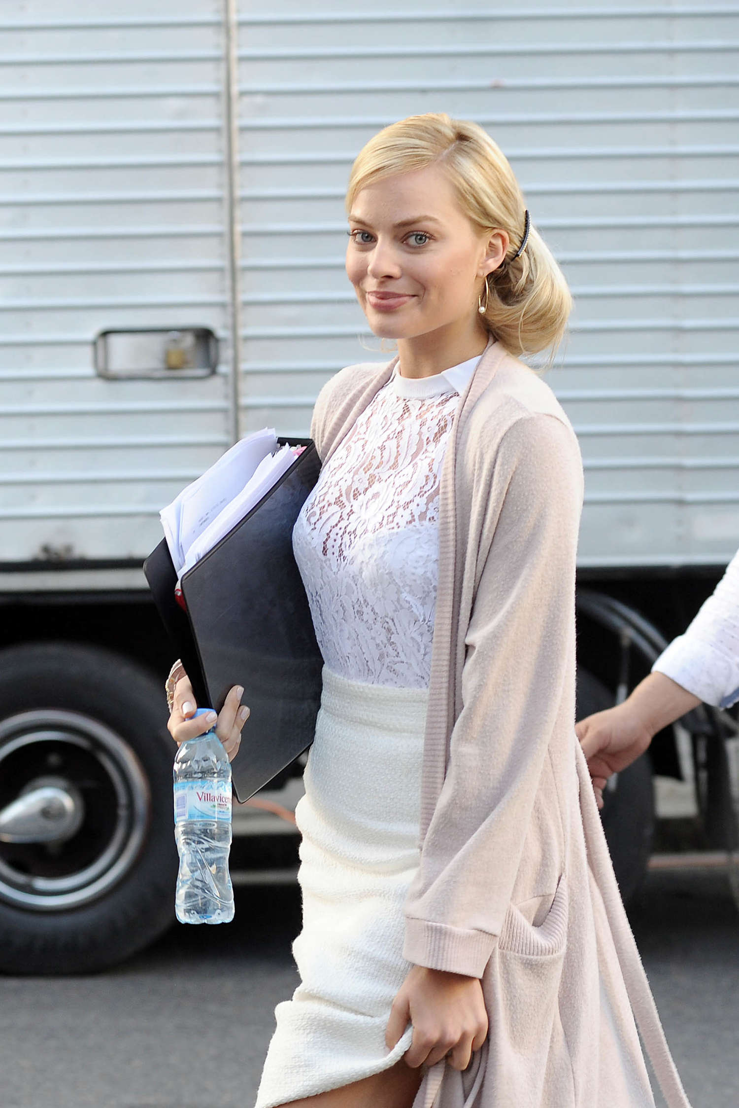margot robbie � filming �focus� in argentina � gotceleb