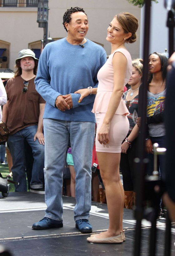 Maria Menounos Hot at Extra At The Grove In LA-15