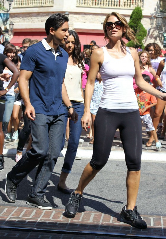 Maria Menounos in tight leggings-04
