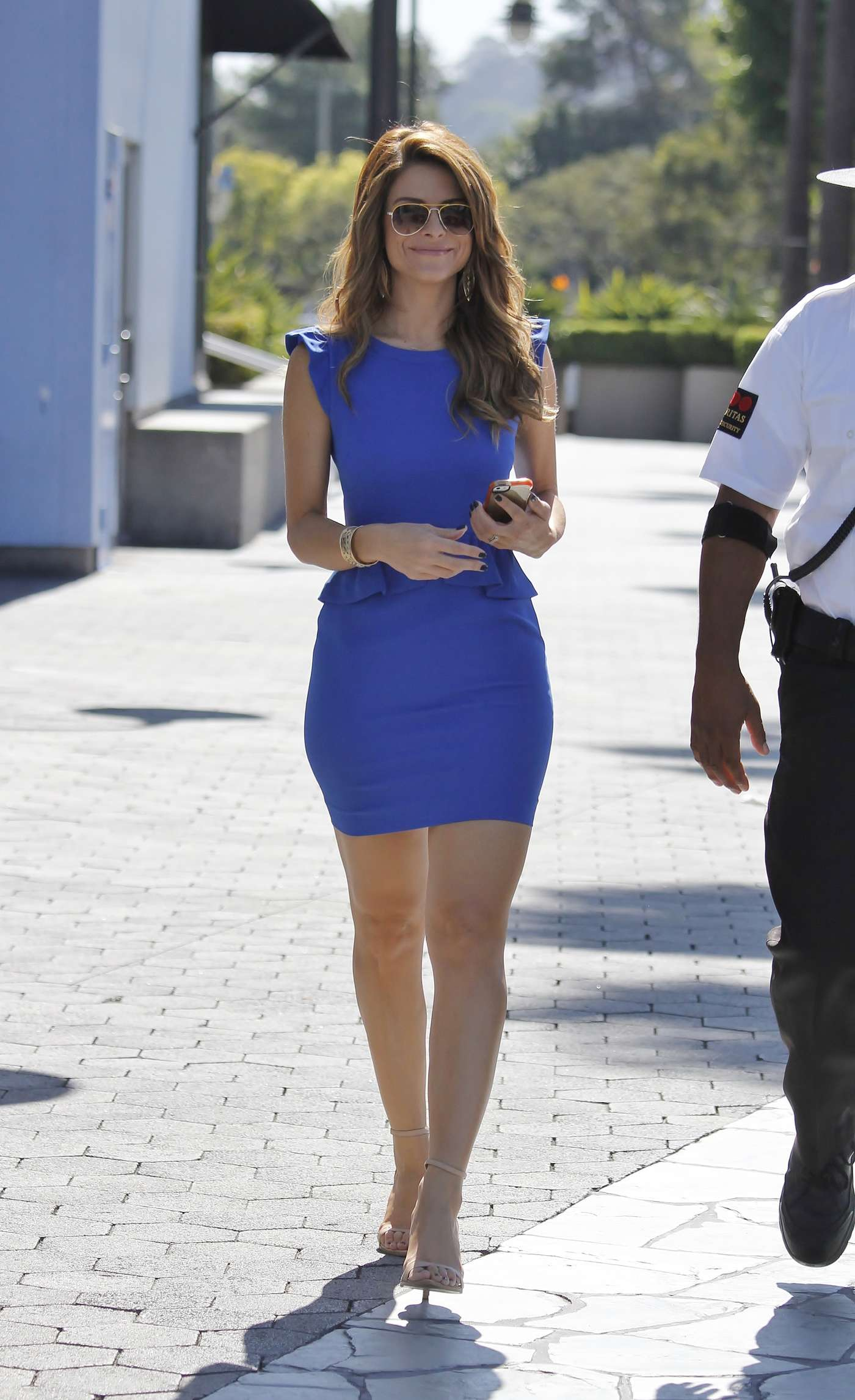 Maria Menounos Wearing Blue Dress On The Set Of Extra In