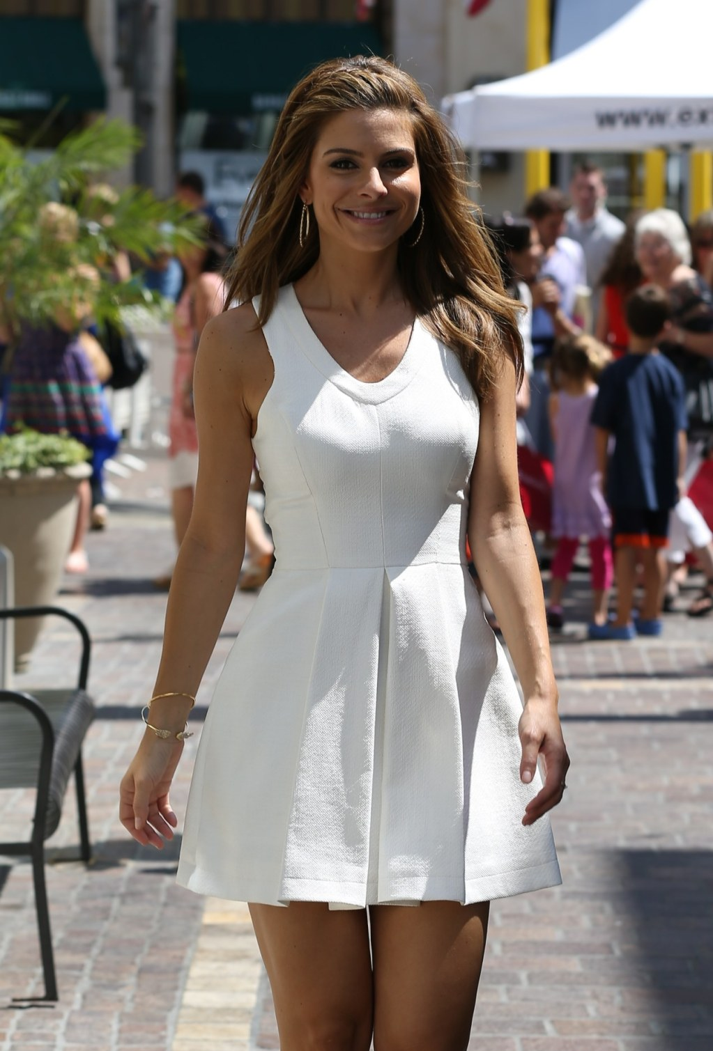 maria menounos on the set of extra in la 02 gotceleb