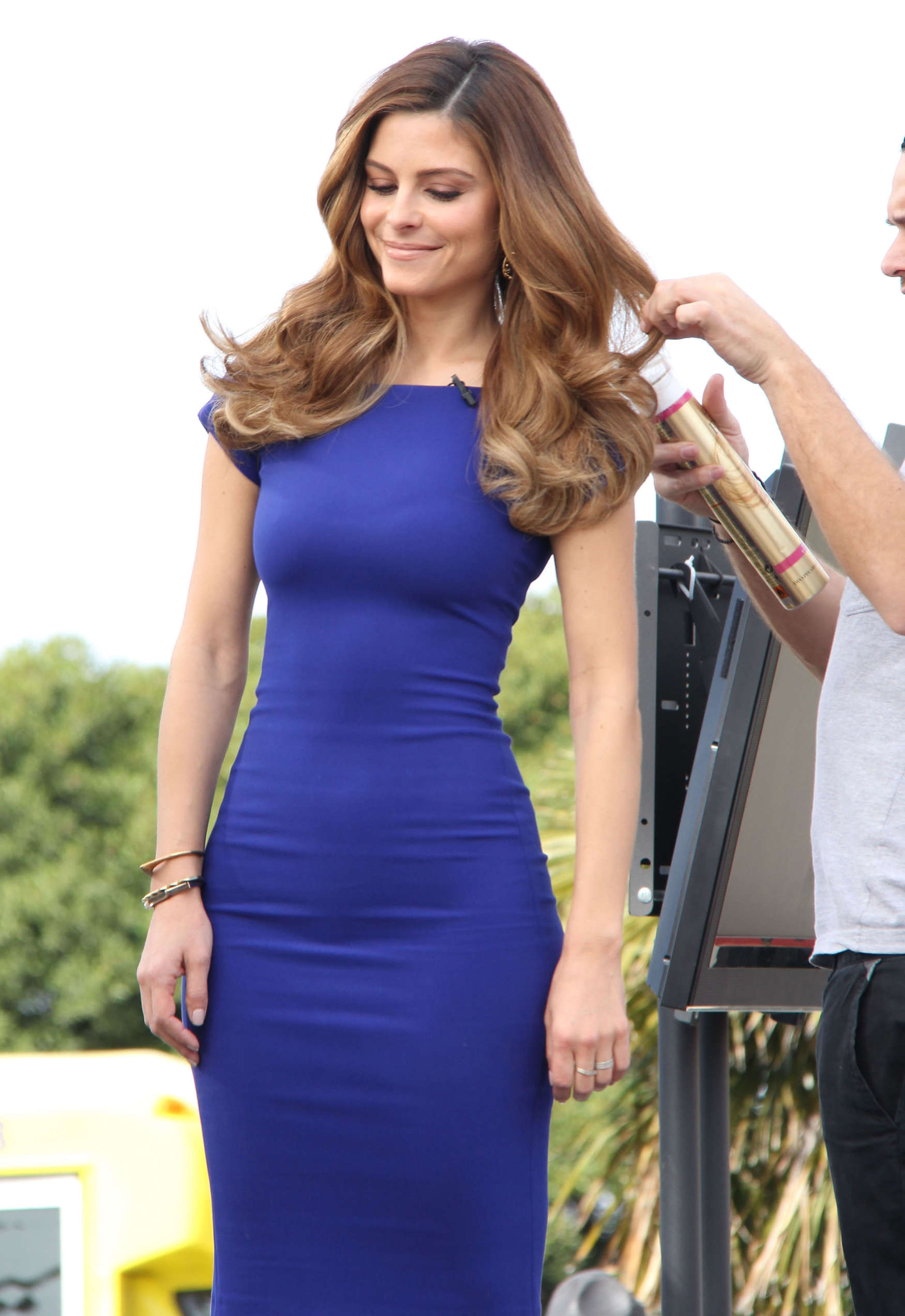 Maria Menounos Wear Tight Blue Dress on the set of Extra in ...