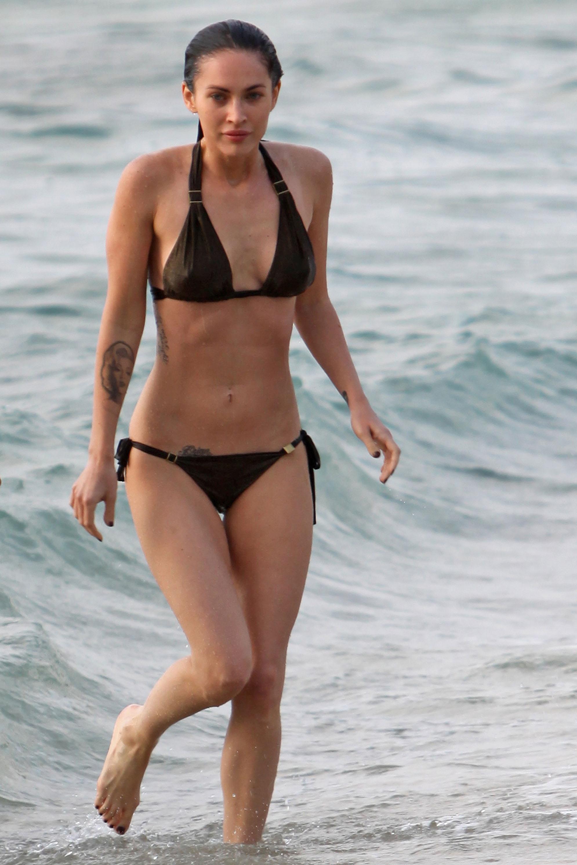 megan-fox-in-a-black-bikini-maui-may-2010-25-hq-pics-03 - GotCeleb Megan Fox