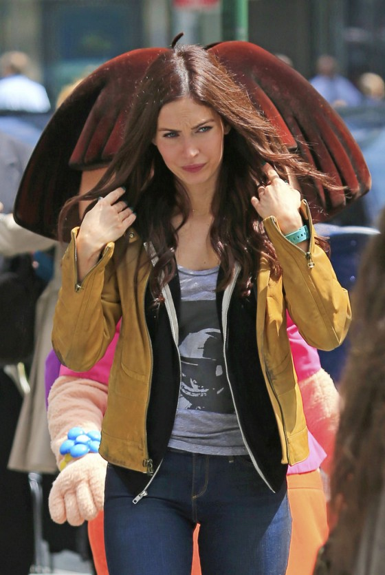 Megan Fox in jeans on the set of TMNT -07