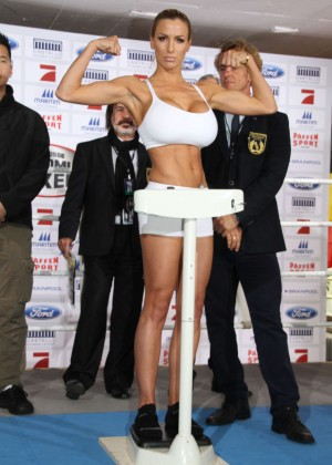 Melanie Mueller Vs Jordan Carver: UFC Boxing Match -01