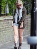melissa-suffield-short-shorts-candids-starbucks-london-07