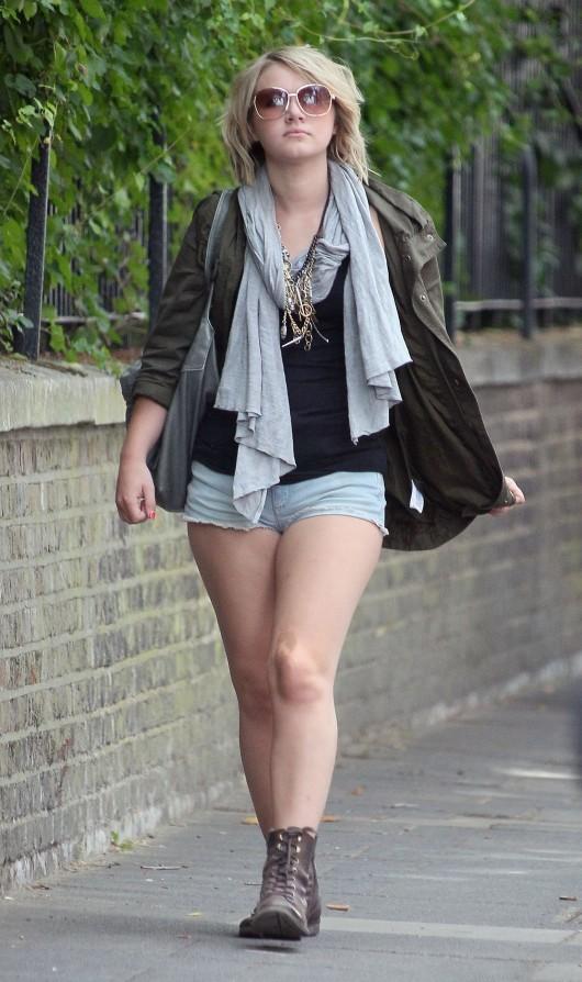 melissa-suffield-short-shorts-candids-starbucks-london-10
