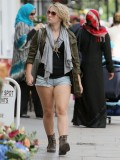 melissa-suffield-short-shorts-candids-starbucks-london-25