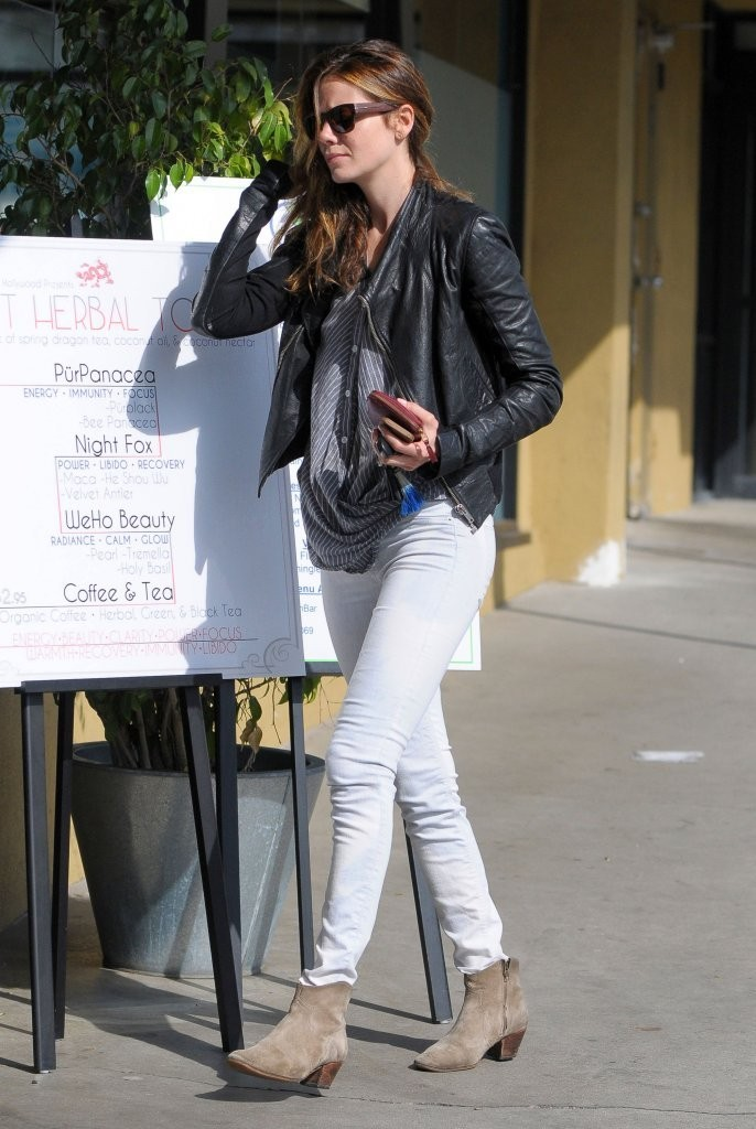 Michelle Monaghan in Tight Jeans -01