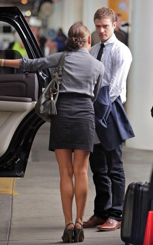 mila-kunis-cleavaga-candids-on-set-of-friends-with-benefits-at-lax-airport-sep-15-04