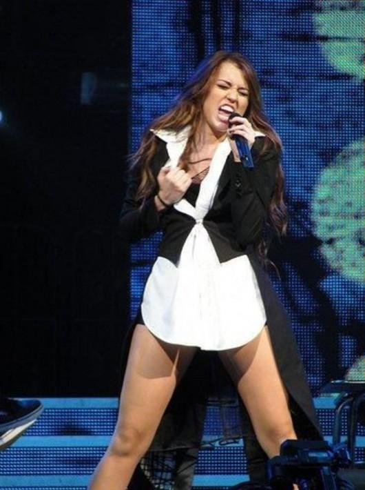 Miley Cyrus – 12 Hot Concert Pics