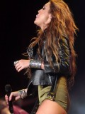 miley-cyrus-12-hot-concert-pics-07
