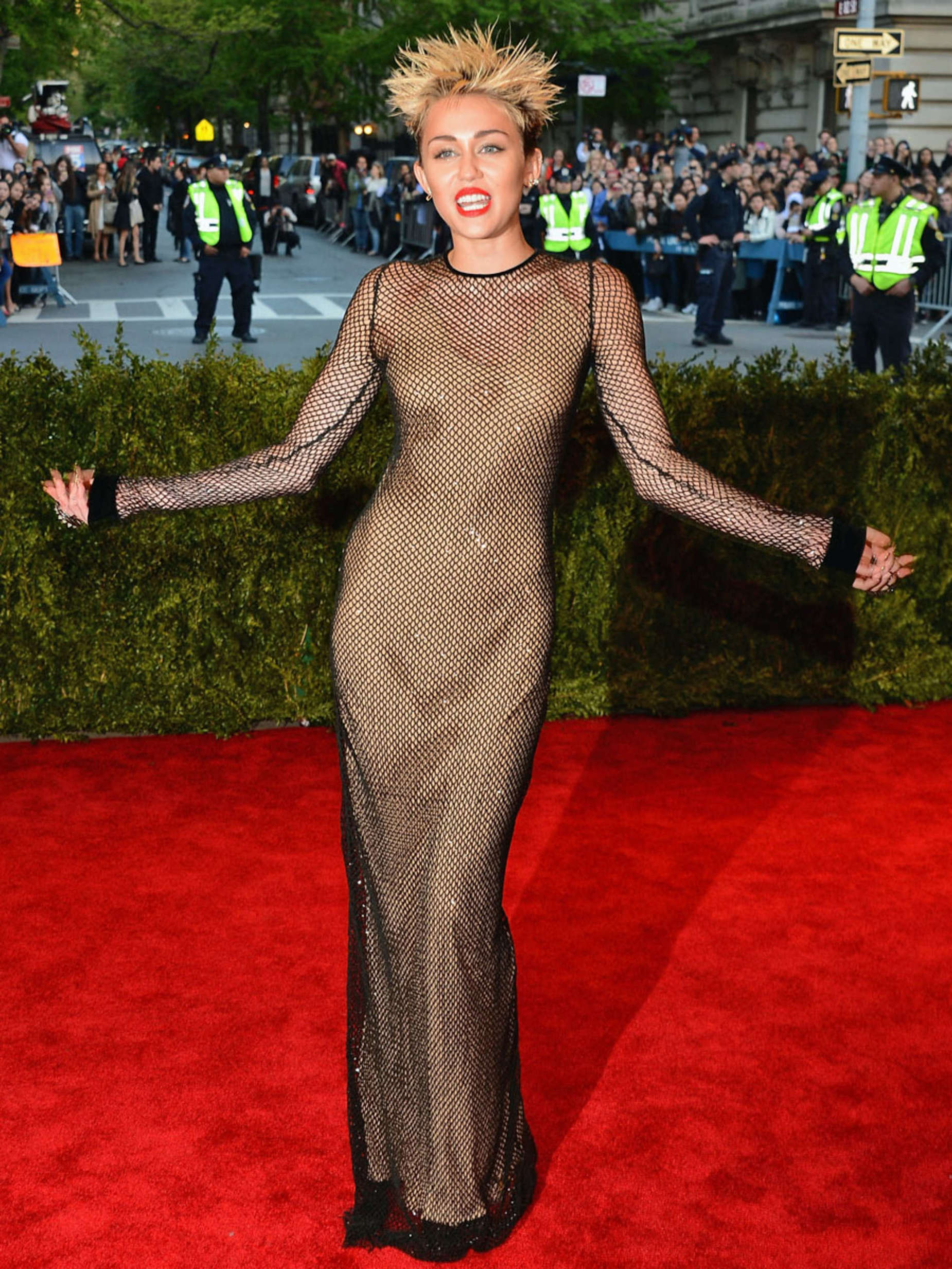 Back to post Miley Cyrus – 2013 Met Gala in NYC