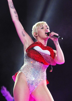 Miley Cyrus: Gasglow UK Bangerz Tour at The Hydro -01