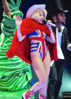 Miley Cyrus: Gasglow UK Bangerz Tour at The Hydro -04