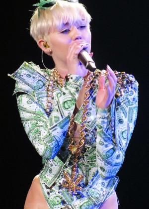 Miley Cyrus: Gasglow UK Bangerz Tour at The Hydro -06
