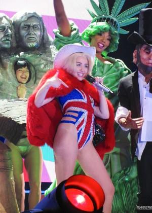 Miley Cyrus: Gasglow UK Bangerz Tour at The Hydro -13
