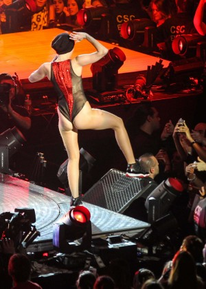 Miley Cyrus: Bangerz Tour in Washington -06