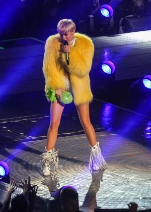 Miley Cyrus: Bangerz Tour in Washington -12