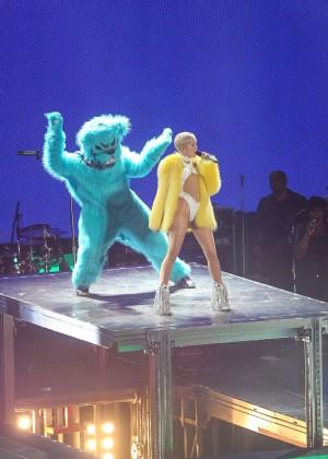 Miley Cyrus: Bangerz Tour in Washington -17