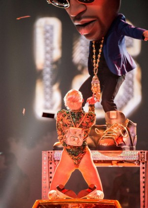 Miley Cyrus Bangerz Tour: Hot Photos -01