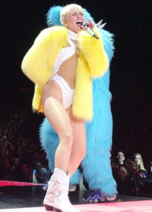 Miley Cyrus Bangerz Tour: Hot Photos -02